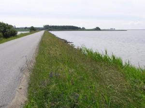 Via dæmningen kommer man  til Glænø